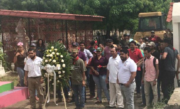 Flores en Conmemoración del Día del Estudiante