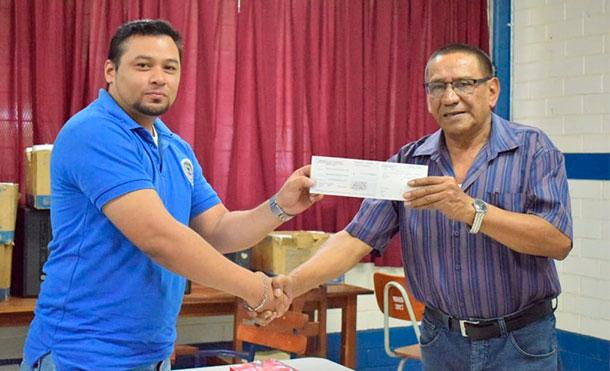 Realizan entrega de bono a docentes del departamento de León previo al día del maestro