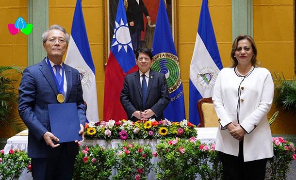 """Foto Cortesía: Entrega del Reconocimiento """"Medalla al Amigo Impulsor de la Integración Social Regional"""" al Pueblo y Gobierno de Taiwán. 23 de Septiembre 2020."""