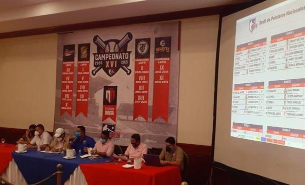 Directivos de los 5 equipos participantes durante el draf de La Profesional, este viernes 11 de septiembre / Foto: Canal 2