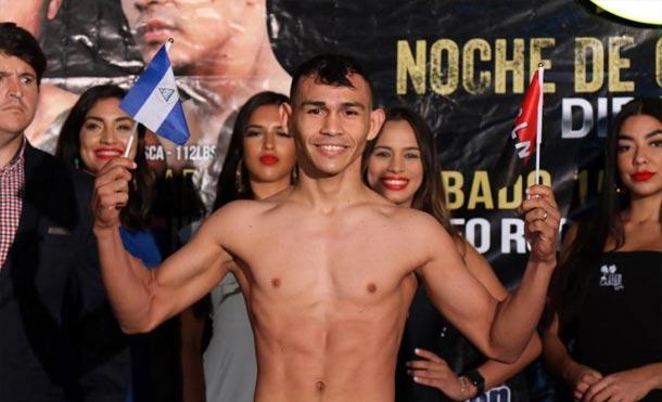 Carlos 'Chocorroncito' Buitrago durante el pesaje oficial de su pelea contra McWilliam Arroyo en 2019. / Foto: Facebook - @miguelcottopromotions
