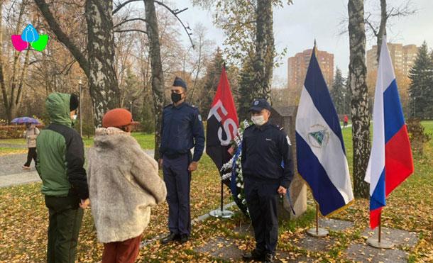 Foto Cortesía: El Acto Conmemorativo consistió en la colocación de la Ofrenda Floral Simbólica a la Estela del Comandante Fonseca en el Parque de la Amistad