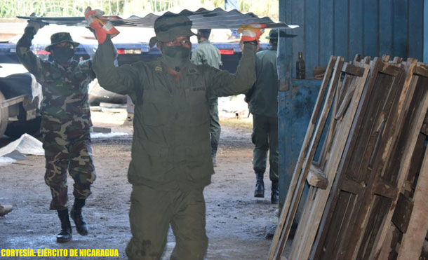"""Foto Cortesía: Durante el descargue de la ayuda humanitaria, se emplearon fuerzas y medios del Batallón Ecológico """"BOSAWÁS""""."""