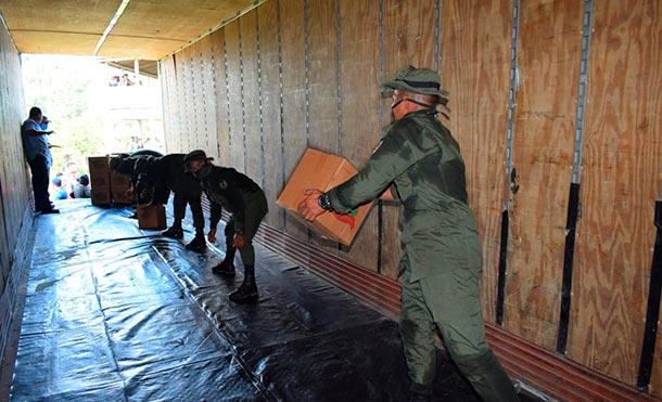 """Durante el descargue y en la purificación de agua, se emplearon fuerzas y medios del Batallón Ecológico """"BOSAWÁS"""". / Foto: Ejército de Nicaragua"""