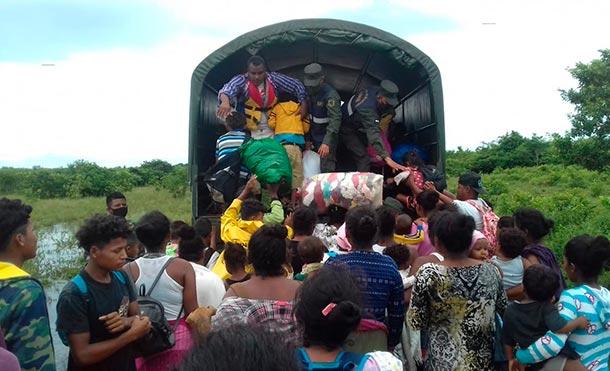 """Unidad Humanitaria y de Rescate """"Comandante William Ramírez Solórzano"""" y el Destacamento Militar Norte evacuando a familias de Waspam. / Foto: Ejército de Nicaragua"""