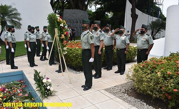 el Ejército de Nicaragua participó en ceremonia de colocación de ofrendas florales ante el Mausoleo del Héroe Nacional, Comandante Carlos Fonseca Amador