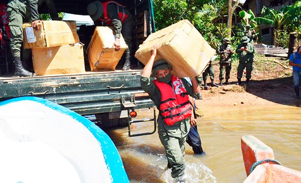 """Foto Ejército de Nicaragua: Durante el descargue y traslado de la ayuda humanitaria, se emplearon fuerzas y medios del Batallón Ecológico """"BOSAWÁS""""."""