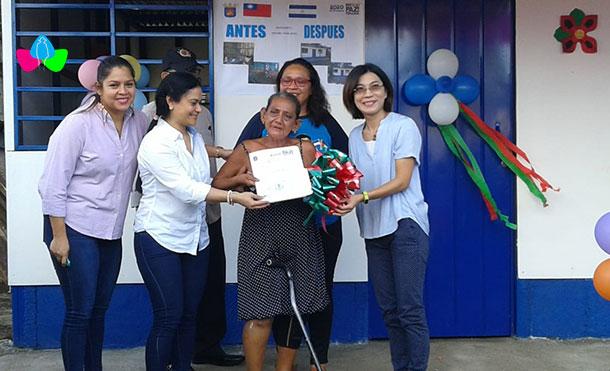 Foto Cortesía: Alcaldía de Managua y la Embajada de Taiwán, junto a la Protagonista Gregoria María Reyes, en la entrega de la Vivienda Digna y Solidaria en el Barrio Selim Shible.