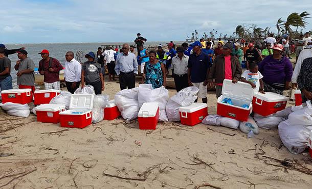Foto Cortesia // Los bonos fueron entregados a pescadores artesanales