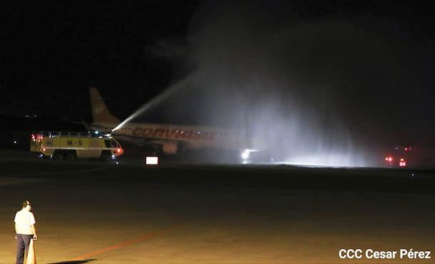 Foto César Pérez // Los bomberos aeroportuarios realizaron el bautizo con chorros de agua