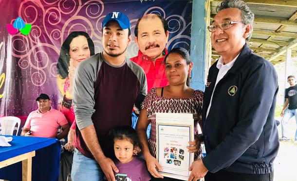 Foto Multinoticias // En total se entregaron 50 títulos de propiedad