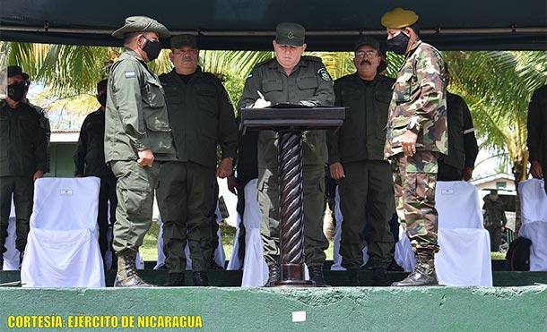 Durante el acto, el Comandante en Jefe condecoró al Coronel Inf. DEM Rafael Antonio Varela Romero con la Distinción Cumplimento al Deber por desempeñar con dedicación sus misiones y tareas.