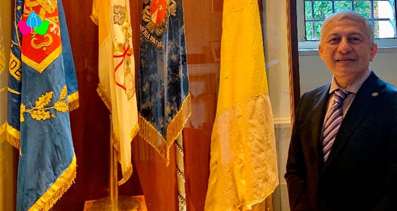 Embajador de Nicaragua junto a la bandera actual de la Gendarmería, bandera actual del Estado Vaticano, antigua bandera de Gendarmería y antigua bandera de Estados Pontificios (mediados s. XIX).