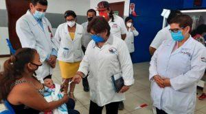 Doctora Martha Reyes, Ministra de Salud durante un recorrido realizado en el Hospital Alemán