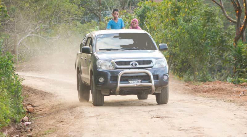 Camioneta circula por el camino rehabilitado en Macuelizo