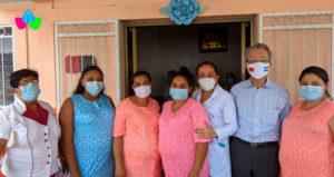 Doctora Sonia Castro y el embajador de Taiwán junto a mujeres embarazadas que se hospedan en las casas maternas.