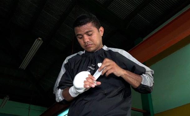 """Román """"Chocolatito"""" González durante su entrenamiento en el Gimnasio Roger Deshon de Managua / Foto: Viva Nicaragua, Canal 13"""