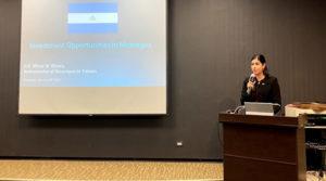 Embajadora de Nicaragua en Taiwán, Mirna Rivera, durante la presentación en la conferencia