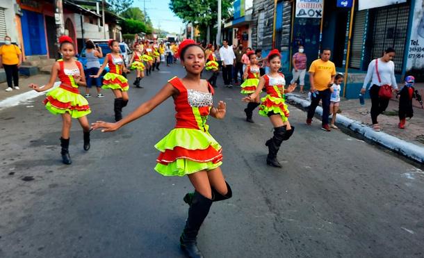 Las familias chinandeganas disfrutaron de las comparsas y bandas musicales que antecedían al desfile de carrozas que destacan los éxitos y logros del Gobierno de Nicaragua. / Foto: Jair Carrillo - Multinoticias