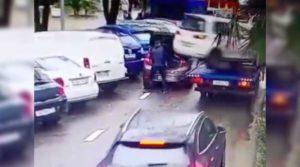 Momento en el que un hombre casi es golpeado por auto que se soltó de una grúa en una ciudad de Rusia