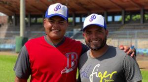 Janior Montes y su hijo en un entrenamiento con los Indios del Bóer en Managua.