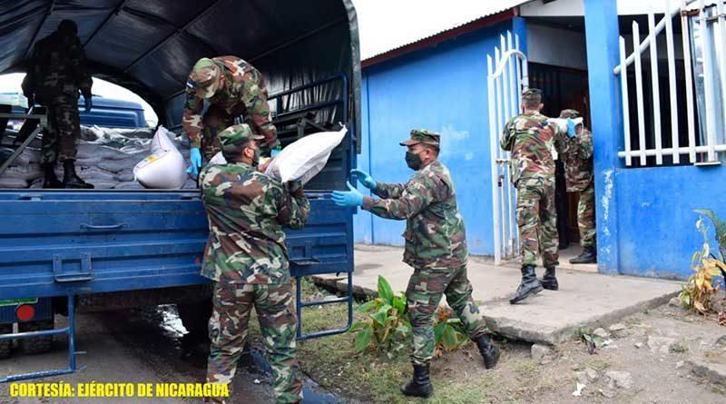 Efectivos militares durante el cargue y descargue de Merienda Escolar en Ciudad Sandino