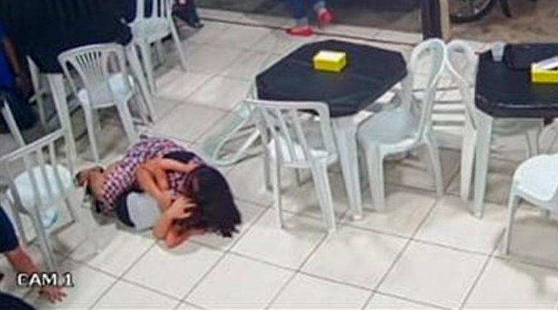 Una mujer embarazada se lanzó sobre su hijo para protegerlo, cuando un hombre armado entró el pasado domingo en una hamburguesería de la localidad de Recanto das Emas, en el Distrito Federal de Brasil, y abrió fuego.