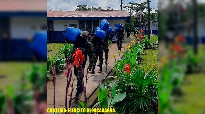 Militares durante el cargue y descargue de paquetes escolares