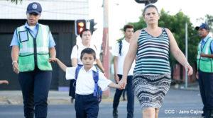 Policía Nacional ayuda a cruzar la calle a estudiantes en Managua