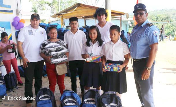 Foto Multinoticias // Se entregaron mochilas a hijos e hijas de policías en Masaya y Triángulo Minero