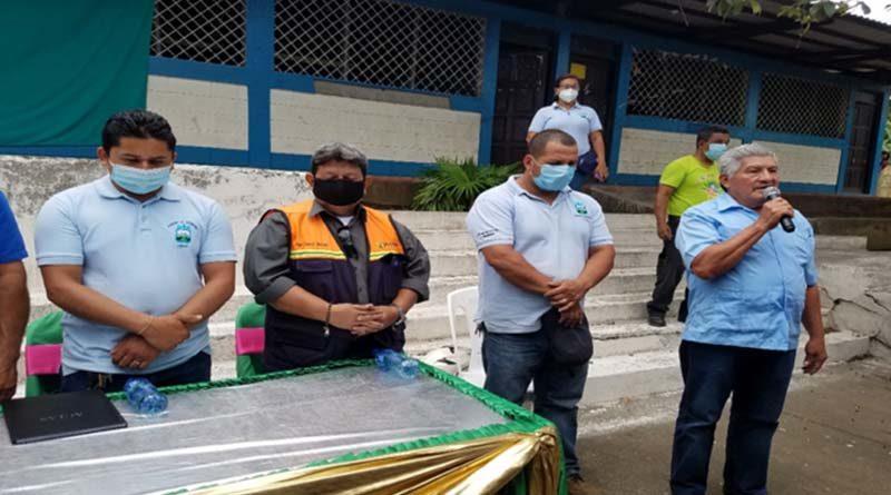 Autoridades municipales durante la entrega del terreno del proyecto