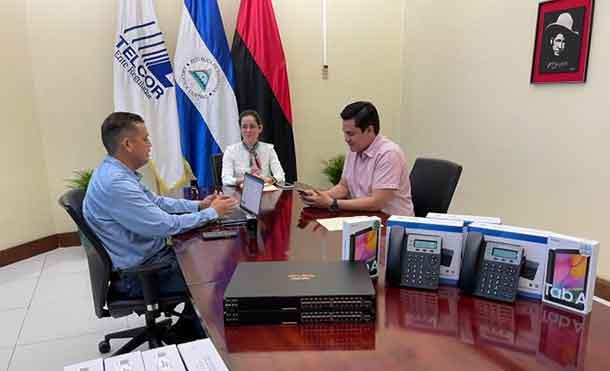 Foto Cortesía: Los equipos tecnológicos fueron entregados por la Compañera Nahima Díaz, Directora General de TELCOR y el Compañero Mauricio Delgado, Coordinador del Programa de Banda Ancha de TELCOR