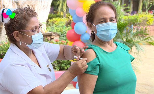 Enfermera Vacunando a ciudadana.