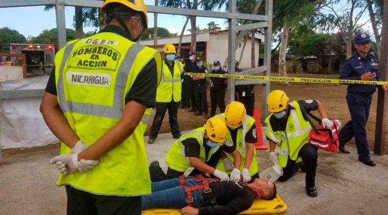 Clases prácticas de primeros auxilios de los nuevos bomberos de Nicaragua.