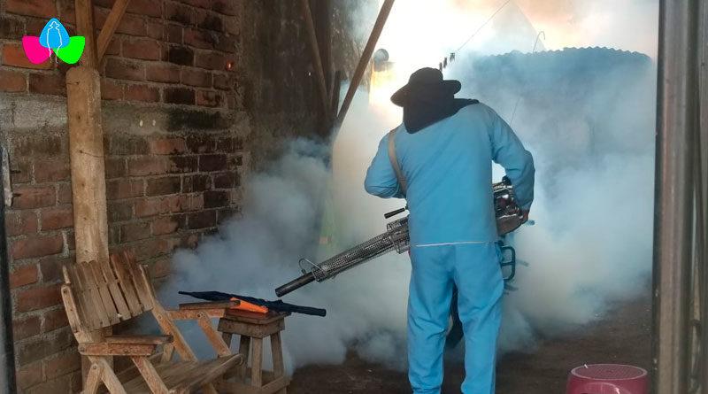 Personal del Ministerio de Salud de Nicaragua fumigando una vivienda en el barrio Carlos Fonseca Amador de Managua