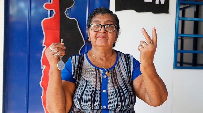 Protagonista Juana Esperanza Muñoz, en la entrega de la Vivienda Digna y Solidaria en el Barrio Adolfo Reyes, del Distrito V, de Managua.