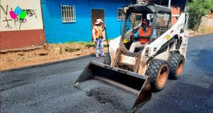 Maquinaria y obreros de la alcaldía de Managua trabajan en el asfaltado de calles del barrio Pantasma