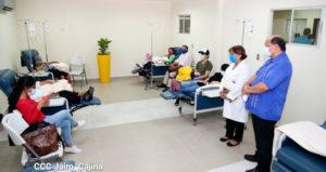 """Pacientes en camillas de sala del Sala del Centro Oncológico de Quimioterapia y Cuidados Paliativos """"Dr. Clemente Guido"""" en Managua."""