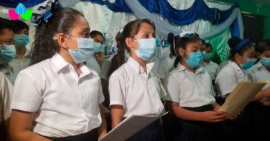 Niños del coro estudiantil del MINED realizando sus prácticas de canto.