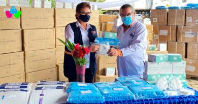 Representante de UNFPA en Nicaragua, Señora María Elena Zúñiga Herrera entrega donación al Doctor Carlos Cruz, Director General de Servicios de Salud, del Ministerio de Salud.