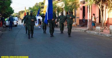 Soldados del Ejército de Nicaragua participan en desfile en homenaje al poeta nicaragüense Rubén Darío.