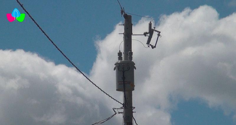 Transformador eléctrico ubicado en un poste para dar energía eléctrica a la comunidad Los Peraltas de Macuelizo, Nueva Segovia en Nicaragua.
