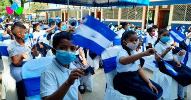 Estudiantes del Colegio Enmanuel Mongalo y Rubio de Chinandega ondeando banderas de Nicaragua con sus manos