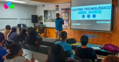 Personal docente dando la bienvenida a los estudiantes del Tecnológico Ariel Darce de Managua, Nicaragua