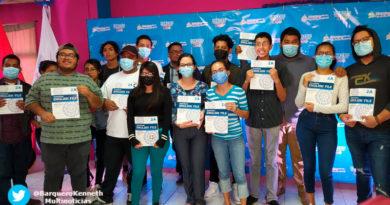 Estudiantes del Tecnológico Nacional de Nicaragua reciben libros del Ingles