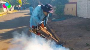 Personas del MINSA fumigando las casas del Barrio Batahola Sur de managua para erradicar los mosquitos.