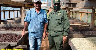 Jefe del 1 Comando Militar Regional del Ejército de Nicaragua, Coronel Inf. DEM José Hilcías Rizo Rizo, con productor cafetalero.