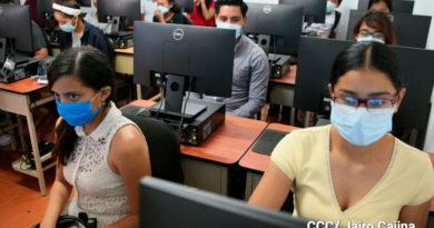 Estudiantes del Tecnológico de Masaya usando las computadoras del nuevo laboratorio de computación