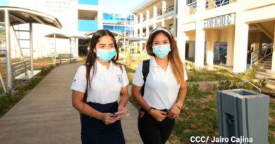 Estudiantes del Centro Tecnológico de León Juan de Dios Muñoz, con mascarillas listos para iniciar el ciclo escolar 2021.