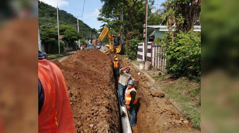 Trabajadores de ENACAL realizando el mejoramiento del sistema de agua potable en San Juan del Sur